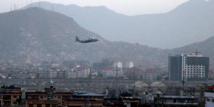 Στρατιωτικό αεροσκάφος απογειώνεται από το διεθνές αεροδρόμιο «Χαμίντ Καρζάι» της Καμπούλ (φωτ.: EPA / Akhter Gulfam)