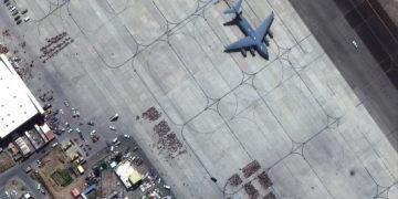 Φωτογραφία από δορυφόρο δείχνει τον κόσμο που έχει συγκεντρωθεί στο αεροδρόμιο της Καμπούλ (φωτ.: Maxar Technologies)