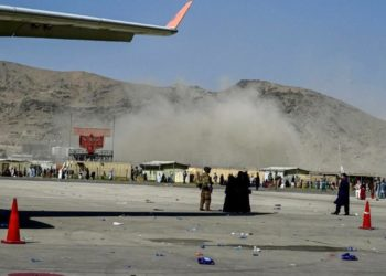 Η στιγμή της έκρηξης στο διεθνές αεροδρόμιο της Καμπούλ, στο Αφγανιστάν (φωτ.: twitter.com/BarzanSadiq)