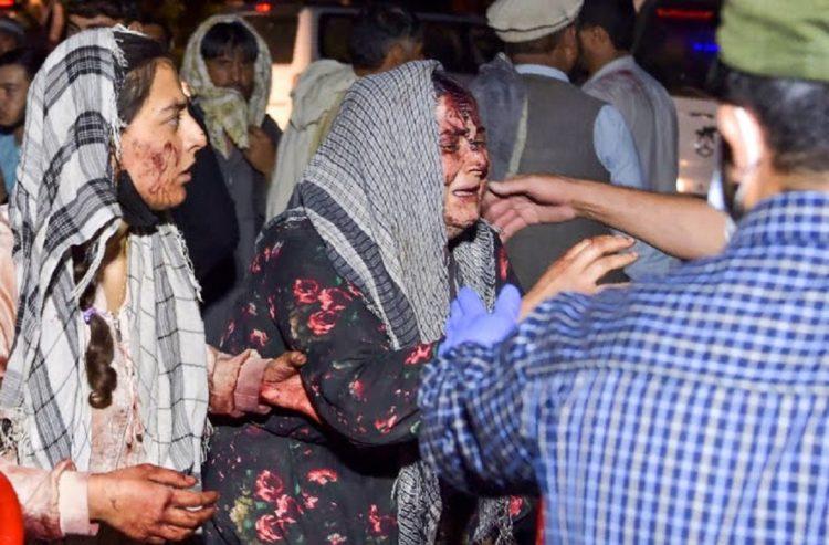 Εικόνα φρίκης από το αεροδρόμιο της Καμπούλ που νωρίτερα έγινε θέατρο βομβιστικών επιθέσεων με πολλούς νεκρούς και τραυματίες (φωτ.: twitter/pedro seixas)