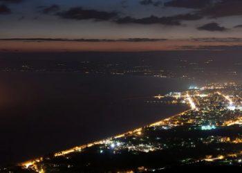 Η Καλαμάτα, από ψηλά, τη νύχτα (φωτ.: pixabay.com/ kostasm19)