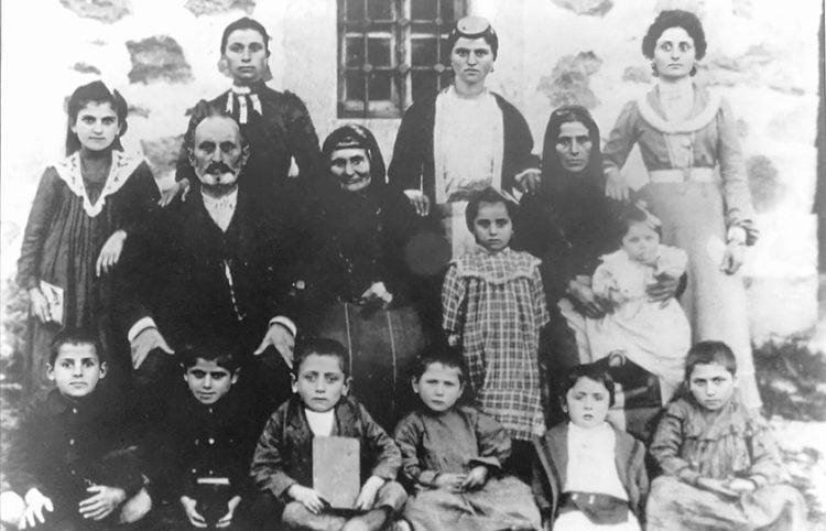 Η οικογένεια του Σπυρίδωνα Μαντίδη από την ενορία Ισχανάντων σε φωτογραφία που τραβήχτηκε στη Σάντα στις αρχές του 20ού αιώνα. Καθήμενοι: Σ. Μαντίδης, η μητέρα του και η γυναίκα του Χριστίνα. Όρθιες από αριστερά οι κόρες Ξανθίππη, Ελένκω, Καλλιόπη και Μάγδα. Κάτω, ο γιος Σωκράτης και πολλά εγγόνια