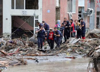 Διασώστες απομακρύνουν κατοίκους από το πλημμυρισμένo Μποζκούρτ στην επαρχία της Κασταμονής (φωτ.: EPA)
