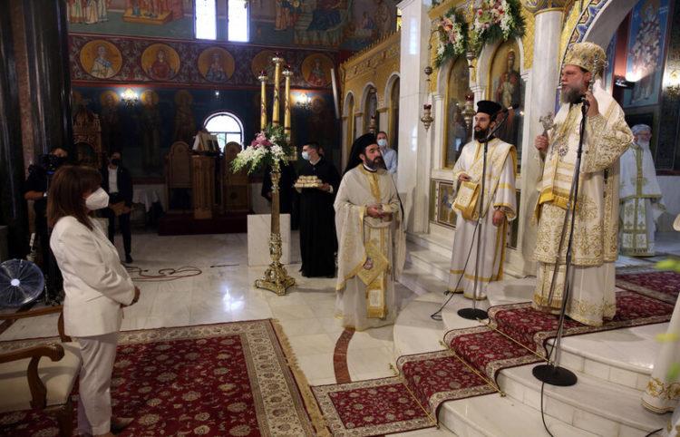 Η Πρόεδρος της Δημοκρατίας Κατερίνα Σακελλαροπούλου παρακολουθεί τη Θεία Λειτουργεία για την εορτή της Κοιμήσεως της Θεοτόκου (φωτ.: ΑΠΕ-ΜΠΕ/ Αλέξανδρος Μπελτές)