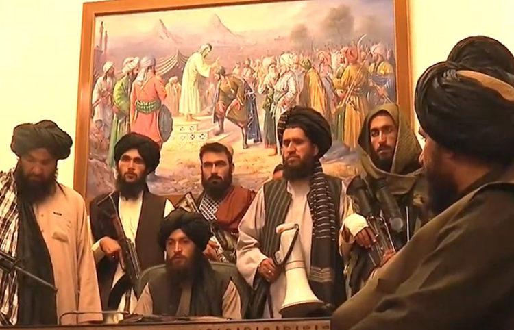 Ένοπλοι Ταλιμπάν στο Προεδρικό Μέγαρο στην Καμπούλ (πηγή: Twitter /Al Jazeera)