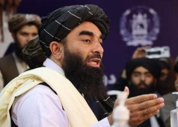 Εκπρόσωπος των Ταλιμπάν μιλάει στους δημοσιογράφους (φωτ.: EPA/ Stringer)