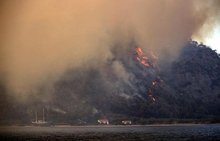 Φωτιά στη Μαρμαρίδα (φωτ.: EPA / Erdem Sahin)