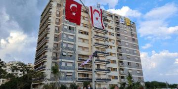 Σημαίες της Τουρκίας και του κατοχικού καθεστώτος κρέμονται σε πολυκατοικία στα Βαρώσια (φωτ.: ΑΠΕ-ΜΠΕ / Μανιάνα Καλογεράκη)