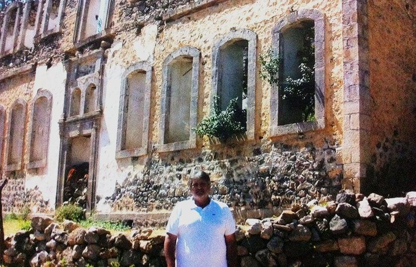 Ο Αχιλλέας Βασιλειάδης στο ερειπωμένο Φροντιστήριο της Αργυρούπολης, το 2002 (φωτ.: αρχείο Αχ. Βασιλειάδη)