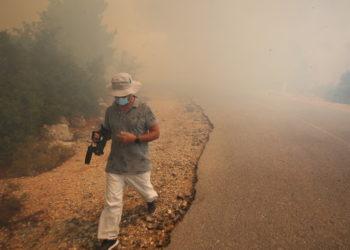 Πυρκαγιά στο Παλαιοχώρι Μάνδρας στην επαρχιακή οδός Οινόης-Πόρτο Γερμενού, την Τρίτη 17 Αυγούστου 2021 (φωτ.: ΑΠΕ-ΜΠΕ/ Αλέξανδρος Μπελτές)
