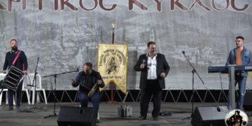 Στιγμιότυπο από τον 24ο Ακριτικό Κύκλο. Επί σκηνής Δημήτρης Ξενιτόπουλος και Δημήτρης Καρασαββίδης (πηγή: YouTube/Νίκος Αλβανούδης)