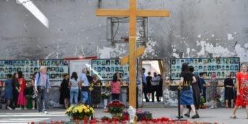 Φωτογραφίες των δολοφονημένων παιδιών, εκπαιδευτικών, γονέων, στους τοίχους του Γυμναστηρίου στο 1ο Σχολείο του Μπεσλάν. Στο κέντρο ένας ξύλινος σταυρός και γύρω του λουλούδια (φωτ.: interfax-russia.ru)