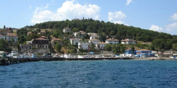 Η νήσος Χάλκη. Ψηλά στο λόφο διακρίνεται η Θεολογική Σχολή (φωτ.: Θωμαΐς Κιζιρίδου)