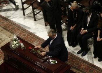 Ο γγ της ΚΕ του ΚΚΕ Δημήτρης Κουτσούμπας αφήνει ένα λουλούδι στο φέρετρο με τη σορό του Μίκη Θεοδωράκη στη Μητρόπολη Αθηνών κατά τη διάρκεια της τελετής αποχαιρετισμού (φωτ.: ΑΠΕ-ΜΠΕ/Γιάννης Κολεσίδης)