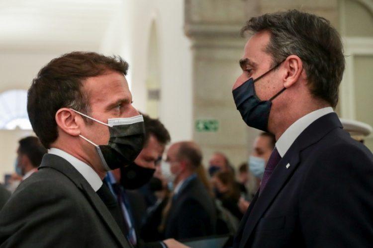 Εμανουέλ Μακρόν και Κυριάκος Μητσοτάκης στη Σύνοδο Κορυφής της ΕΕ, τον περασμένο Μάιο στην Πορτογαλία (φωτ.:  EPA/TIAGO PETINGA / POOL)