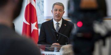 Ο Χουλουσί Ακάρ, υπουργός Άμυνας της Τουρκίας (φωτ.: EPA/Zsolt Szigetvary HUNGARY OUT)
