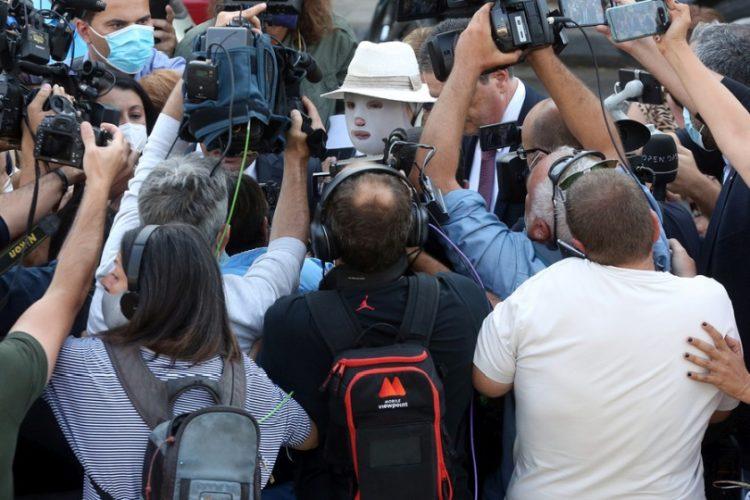 Το θύμα της υπόθεσης της επίθεσης με βιτριόλι, Ιωάννα Παλιοσπύρου, εισέρχεται στο δικαστήριο (φωτ.: ΑΠΕ-ΜΠΕ/Ορέστης Παναγιώτου)
