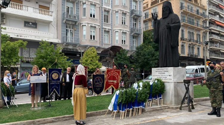 Στιγμιότυπο από την κατάθεση στεφάνων στο άγαλμα του Εθνομάρτυρα Χρυσοστόμου Σμύρνης, στη Θεσσαλονίκη (φωτ.: facebook.com/Σύλλογος Μικρασιατών Ευόσμου)