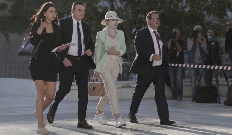 Η Ιωάννα Παλιοσπύρου, θύμα επίθεσης με καυστικό υγρό, τον Μάιο του 2020, από την Έφη Κακαράτζουλα, εισέρχεται συνοδεία των δικηγόρων της στο Μικτό Ορκωτό Δικαστήριο της Αθήνας, στο κτήριο του Πρωτοδικείου Αθηνών (φωτ.: ΑΠΕ-ΜΠΕ/Κώστας Τσιρώνης)