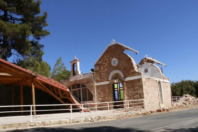 Η εκκλησία Αγία Φωτεινή στα Ρουσσοχώρια του δήμου Αρκαλοχωρίου υπέστη σοβαρές ζημιές από την ισχυρή σεισμική δόνηση στην ανατολική Κρήτη (φωτ.: ΑΠΕ-ΜΠΕ /Νίκος Χαλκιαδάκης)
