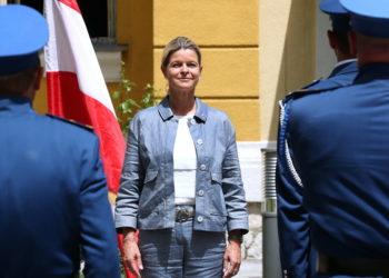 Η υπουργός Άμυνας της Αυστρίας (φωτ.:  EPA/ Fehim Demir)