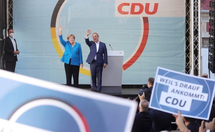 Η απερχόμενη καγκελάριος Άνγκελα Μέρκελ με τον κορυφαίο υποψήφιο του CDU Άρμιν Λάσετ, σε προεκλογική συγκέντρωση στο Άαχεν της Γερμανίας(φωτ.: EPA/FRIEDEMANN VOGEL)