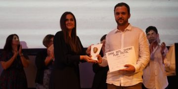 Ο Μανώλης Μαυρής παραλαμβάνει τον Χρυσό Διόνυσο στο 44ο Διεθνές Φεστιβάλ Ταινιών Μικρού Μήκους Δράμας (φωτ.: ΑΠΕ-ΜΠΕ)