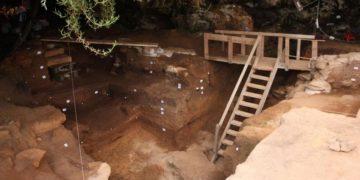 Ανασκαφές στη Σπηλιά των Λαθρεμπόρων, στο Μαρόκο, έφεραν στο φως οστέινα εργαλεία που τα χρησιμοποιούσαν για να φτιάχνουν ρούχα από δέρμα (φωτ.: EPA/REUTERS)