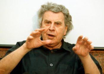 Ο Μίκης Θεοδωράκης στη συνέντευξη Τύπου για τη μουσική παράσταση «Canto General» στο Ηρώδειο, το Σεπτέμβριο του 2000 (φωτ. αρχείου: ΑΠΕ-ΜΠΕ/Μαρία Μαρογιάννη)