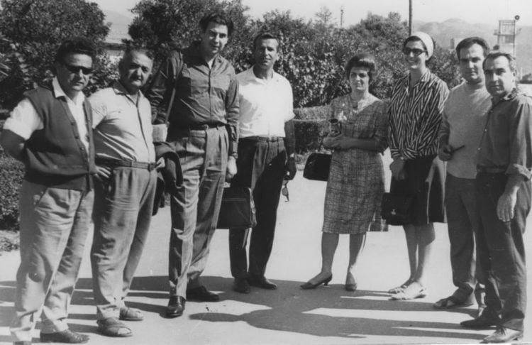 Οι εκπρόσωποι των Ελλήνων του Σουχούμι με το ζεύγος Θεοδωράκη και τη Μαρία Φαραντούρη κατά την επίσκεψή τους στην πόλη, στις 3 Οκτωβρίου 1966 (φωτ.: Αρχείο της Χαρίκλειας Μηταφίδη-Κυριάκου)