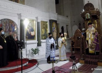 Ο μητροπολίτης Νέας Κρήνης & Καλαμαριάς καλωσορίζει τον ηγούμενο της Μονής Παναχράντου γέροντα Ευδόκιμο. Δίπλα του ο προϊστάμενος του ιερού ναού Αγίου Παντελεήμονα Αρχ. Βαρθολομαίος Κωτούλας (φωτ. Θωμαΐς Κιζιρίδου)