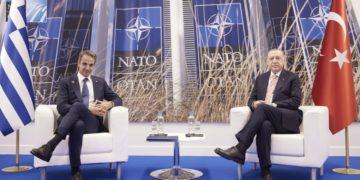 Κυριάκος Μητσοτάκης και Ρετζέπ Ταγίπ Ερντογάν κατά τη διάρκεια της συνάντησής τους στην έδρα του NATO, στις Βρυξέλλες, τον περασμένο Ιούνιο (φωτ.: EPA / Dimitris Papamitsos)