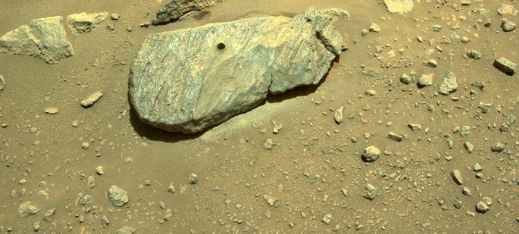 Εικόνα από το σημείο που τρύπησε το Perseverance για να πάρει δείγμα από βράχο στον πλανήτη Άρη (φωτ.: NASA/JPL-Caltech)
