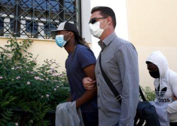 Ο Πορτογάλος ποδοσφαιριστής και πίσω του ο συγκατηγορούμενός του στην υπόθεση ομαδικού βιασμού 17χρονης (φωτ.: Γιάννης Κολεσίδης)