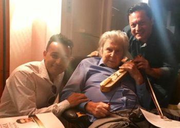 Κωνσταντίνος και Ματθαίος Τσαχουρίδης με τον Μίκη Θεοδωράκη όταν προετοίμαζαν την παράσταση «Μίκης ο Ευξείνιος», το 2019, στο σπίτι του μεγάλου δημιουργού (φωτ.: facebook.com/TsahouridisMatthaiosOfficial)