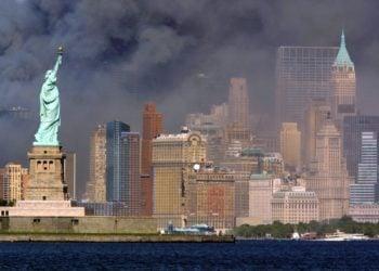 Το Άγαλμα της Ελευθερίας «αγναντεύει το Μανχάταν», αργά το απόγευμα της Τρίτης 11 Σεπτεμβρίου 2001, ενώ η Νέα Υόρκη καλύπτεται από καπνό μετά την κατάρρευση των Δίδυμων Πύργων στο Παγκόσμιο Κέντρο Εμπορίου (φωτ. αρχείου: EPA PHOTO-DPA-HUBERT MICHAEL BOESL)