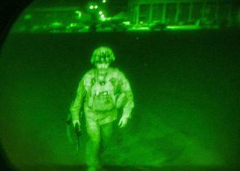 Φωτογραφία του υποστράτηγουΚρις Ντόναχιου της 82ης Αερομεταφερόμενης Μεραρχίας, που ετοιμάζεται να επιβιβαστεί σε C-17 και να εγκαταλείψει το Αφγανιστάν (φωτ.:EPA/Jack Holt / HANDOUT)