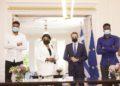 Ο Κυριάκος Μητσοτάκης φωτογραφίζεται με τον Γιάννη Αντετοκούνμπο, τη μητέρα του  Βερόνικα και τον αδελφό του Άλεξ μετά την τελετής πολιτογράφησής τους, στο Μέγαρο Μαξίμου (φωτ.: ΑΠΕ-ΜΠΕ/Γρ.Τύπου Πρωθυπουργού/Δημήτρης Παπαμήτσος)
