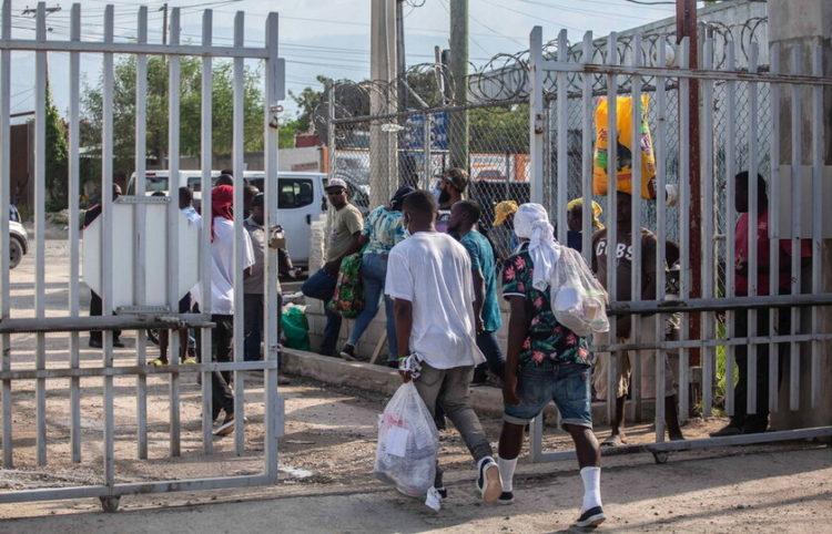 Μετανάστες, που απελάθηκαν από τις ΗΠΑ, γυρίζουν στην Αϊτή (φωτ.: EPA/ Richard Pierrin)