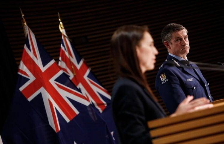 Η πρωθυπουργός της Νέας Ζηλανδίας και ο αρχηγός της αστυνομίας σε ενημέρωση για την τρομοκρατική επίθεση (φωτ.: EPA/ Robert Kitchin)