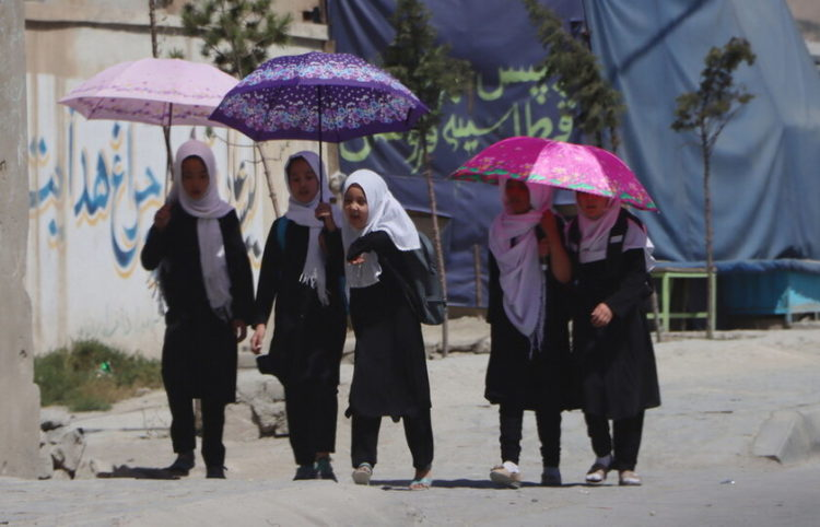 Νεαρές μαθήτριες φεύγουν από το σχολείο στην Καμπούλ (φωτ.: EPA/ Stringer)