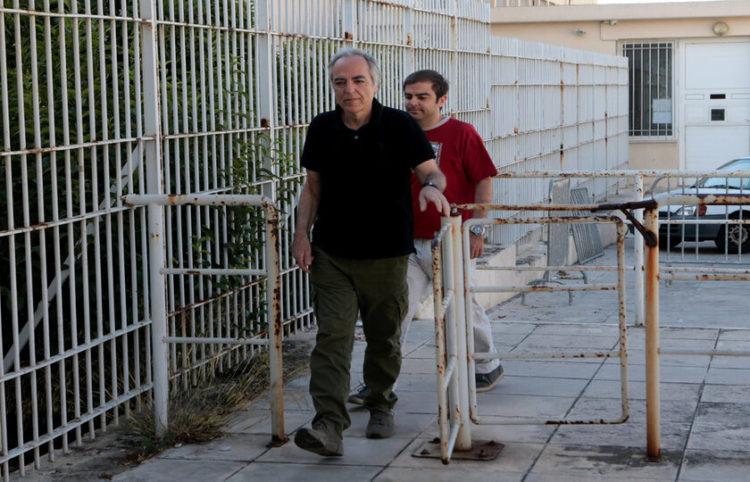 Ο Δημήτρης Κουφοντίνας συνοδευόμενος από τον γιο του Έκτορα φθάνουν στις φυλακές Κορυδαλλού το 2018 (Φωτ.: ΑΠΕ-ΜΠΕ/ Παντελής Σαίτας)