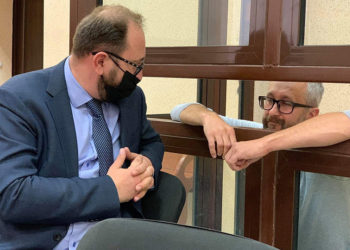 O ηγέτης των Τατάρων της Κριμαίας Ναριμάν Τζελιάλοφ (αριστερά) κατά τη διάρκεια της δίκης του (πηγή: Facebook / crimeansolidarity)