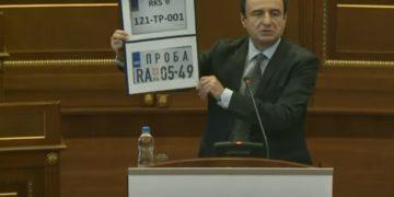 Ο πρωθυπουργός του Κοσόβου Άλμπιν Κούρτι παρουσίασε, σήμερα το πρωί, στο τοπικό Κοινοβούλιο φωτογραφίες των προσωρινών πινακίδων για τα οχήματα που εισέρχονται από τη Σερβία (πηγή: Kosovo Parliament Livestream)