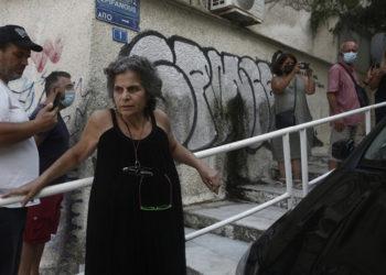 Η Μαργαρίτα Θεοδωράκη έξω από το σπίτι του πατέρα της στην Αθήνα (φωτ.: ΑΠΕ-ΜΠΕ / Γιάννης Κολεσίδης)