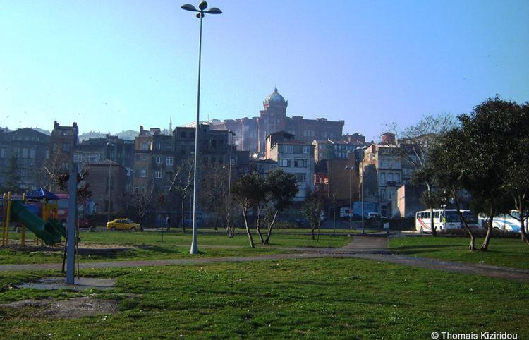 Η Μεγάλη του Γένους Σχολή όπως φαίνεται από τα παράλια του Κερατίου (φωτ.: Θωμαΐς Κιζιρίδου)