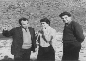 Ο Μίκης Θεοδωράκης με το Μιχάλη Κακογιάννη και την Ειρήνη Παπά στα γυρίσματα της ταινίας του Ζορμπά (φωτ.: ΑΠΕ-ΜΠΕ/ Μουσείο Καζαντζάκη)