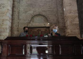 Πολίτες επισκέπτονται το παρεκλλήσι της Μητρόπολης Αθηνών για να αποχαιρετίσουν τον Μίκη Θεοδωράκη (φωτ.: ΑΠΕ-ΜΠΕ/ Κώστας Τσιρώνης)