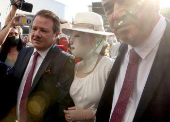 Η Ιωάννα Παλιοσπύρου εμφανίστηκε στο δικαστήριο με ειδική μάσκα που «κρατάει» το πρόσωπό της και την προστατεύει από το φως του ήλιου (φωτ.: ΑΠΕ-ΜΠΕ / Ορέστης Παναγιώτου)