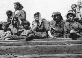 Πρόσφυγες περιμένουν τη σωτηρία στην προκυμαία της Σμύρνης (Συλλογή Thomas Kinkaid, The Naval History and Heritage Command, πηγή: «Η μεγάλη φωτιά»)